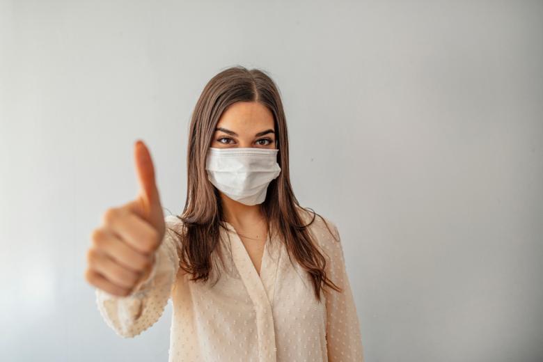 Девушка в маске против COVID-19