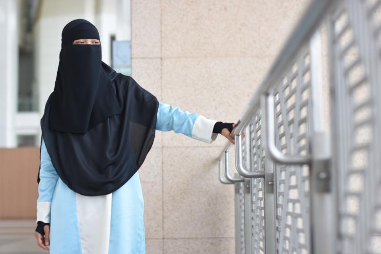 Девушка в никабе в официальном бюро фото