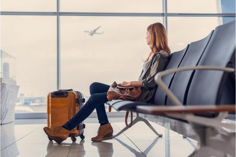 Девушка в зале ожидания аэропорта фото