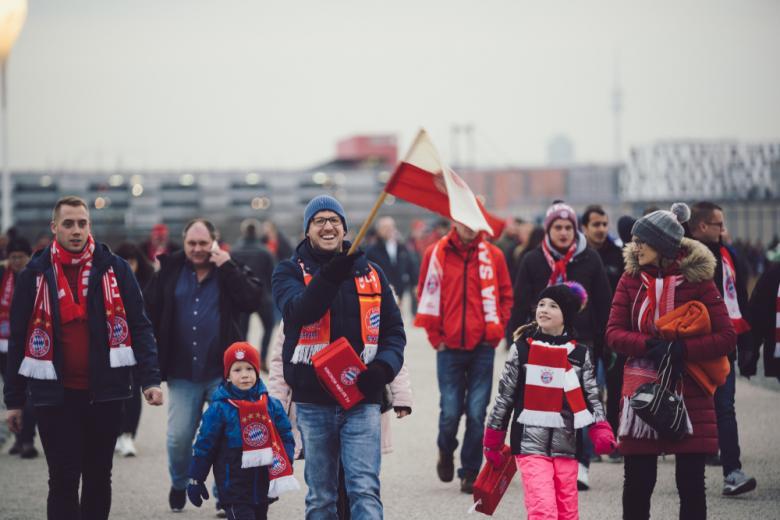 Фанаті Баварии рады выходу клуба в финал Лиги Чемпионов фото