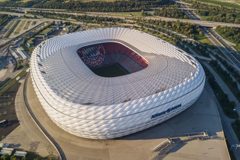 Футбольный стадион Allianz Arena в Мюнхене фото