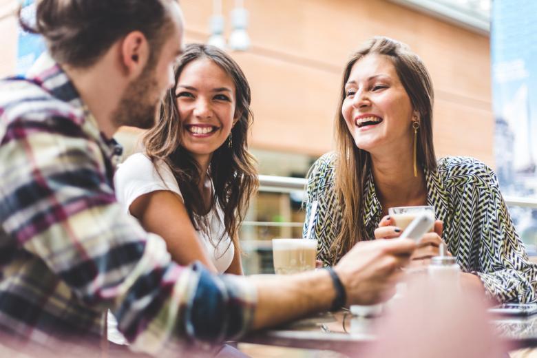 группа друзей в кофейне фото