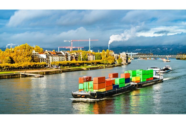 грузовой корабль на реке фото