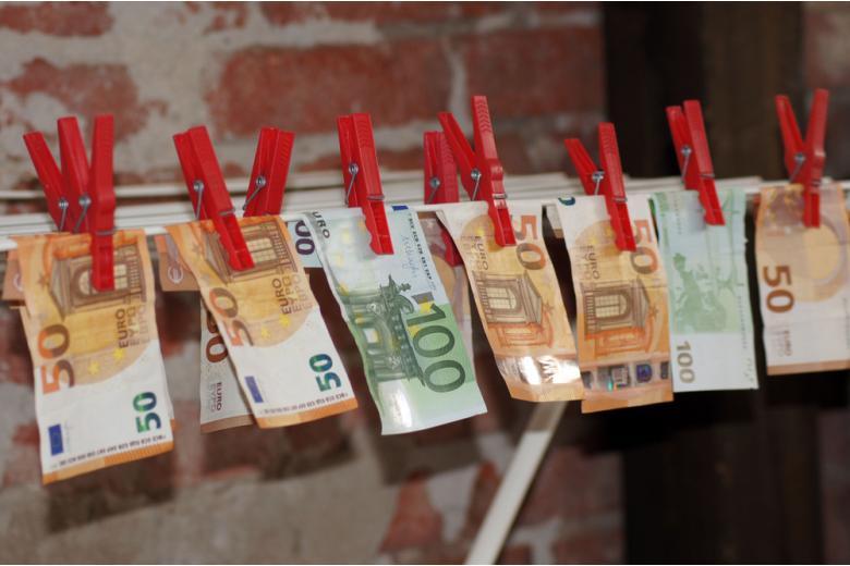 купюры евро на веревке фото
