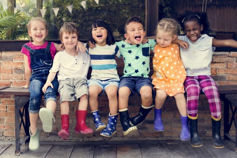 маленькие дети на лавочке фото