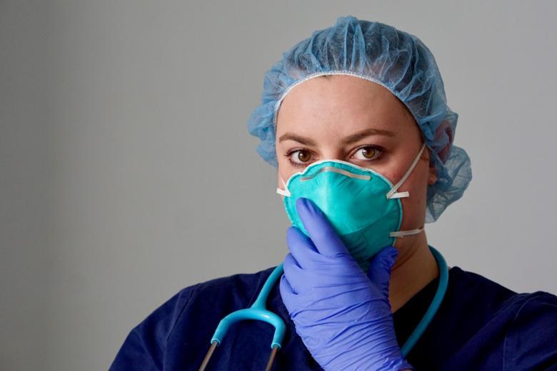 медсестра надевает маску фото