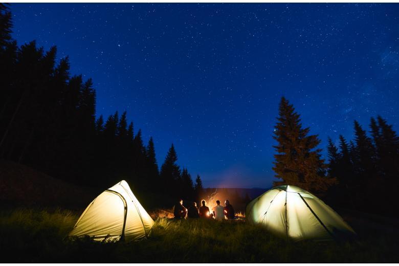 Молодёжь у костра с палаткой фото