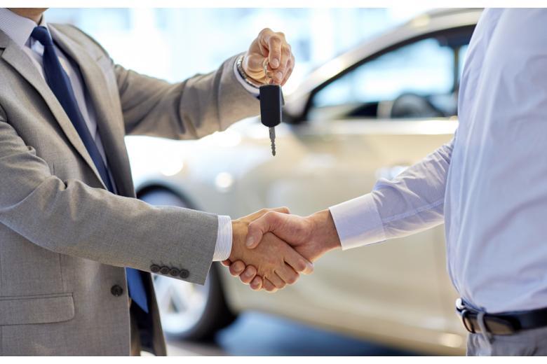 Мужчина передает ключи от автомобиля фото