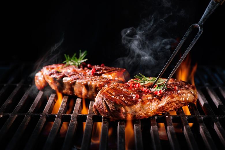 мясо жарится на гриле фото