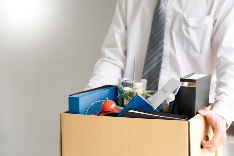 офисный работник с коробкой с вещами фото