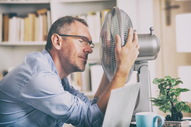офисный работник включил вентилятор фото