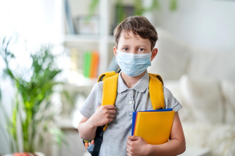 Школьник в маске фото