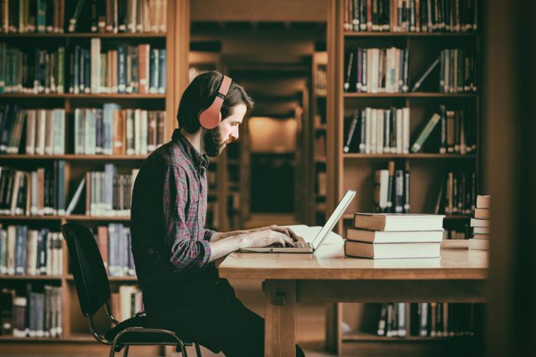 Студент занимающийся в библиотеке фото