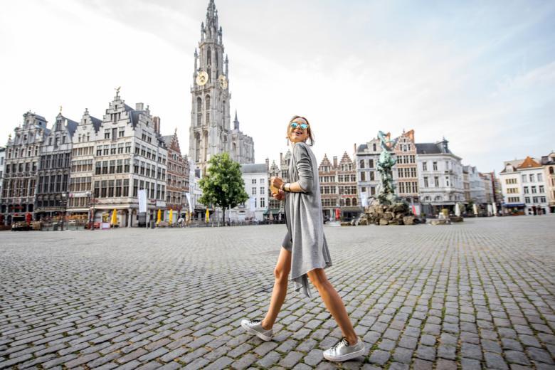 Туристка в центре Антверпена фото