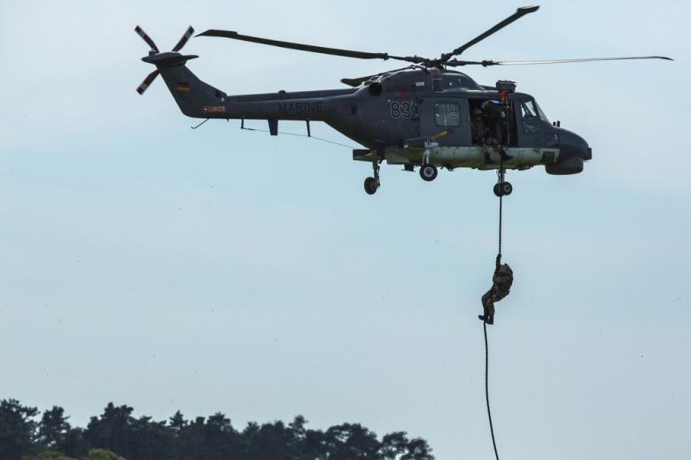 военный спускается с вертолета фото