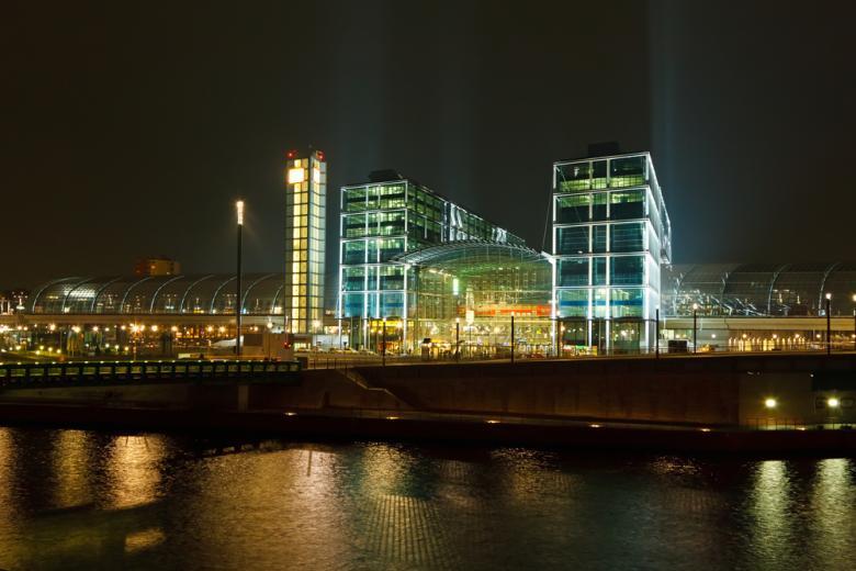 Вокзал Берлина панорамный вид ночью фото