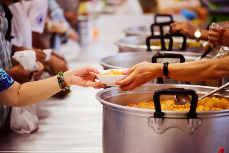 Волонтёры раздают еду малоимущим фото