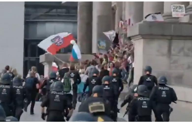 Возле Бундестага развевался имперско-нацистский флаг фото