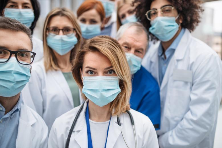 врачи в защитных масках фото