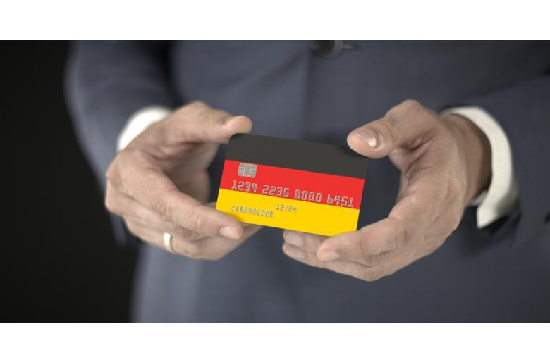 банковская карта в руках фото