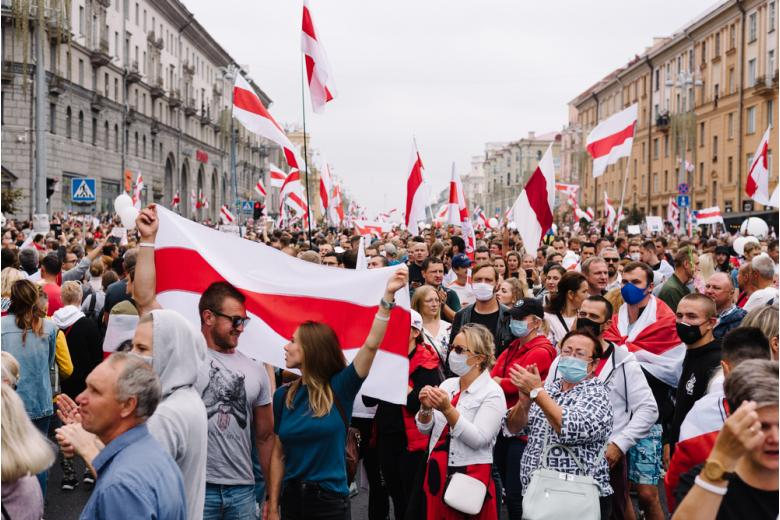 Беларусы выходят на акции протеста, а ЕС может ввести санкции фото