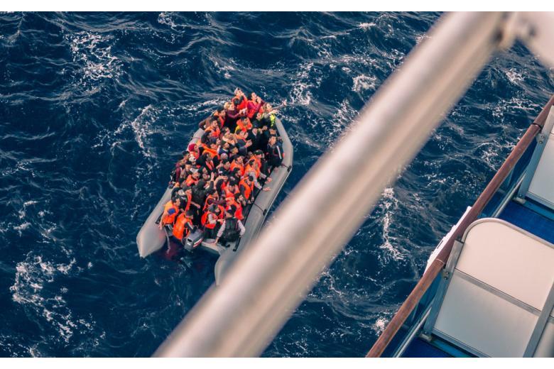 Беженцы в спасательной лодке фото