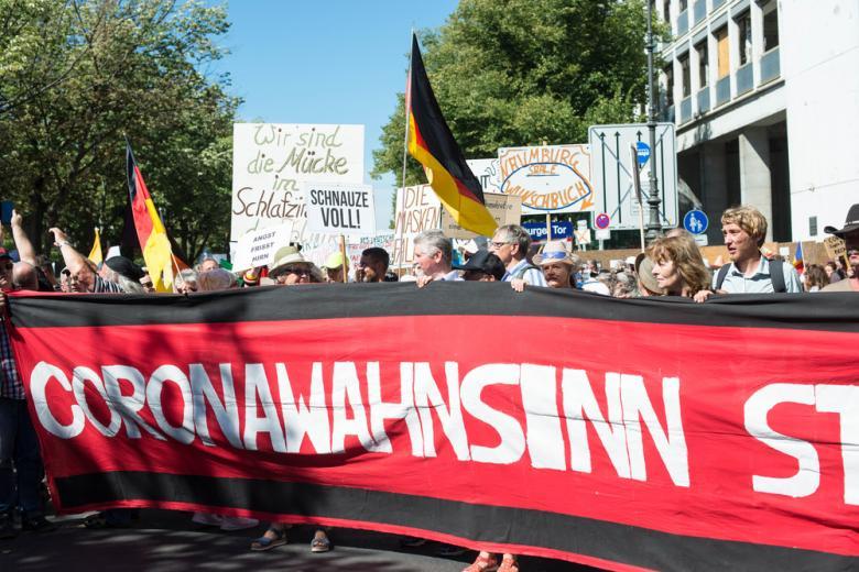 демонстрация против карантинных ограничений фото
