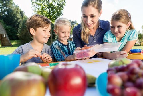 дети и учительница за столом фото
