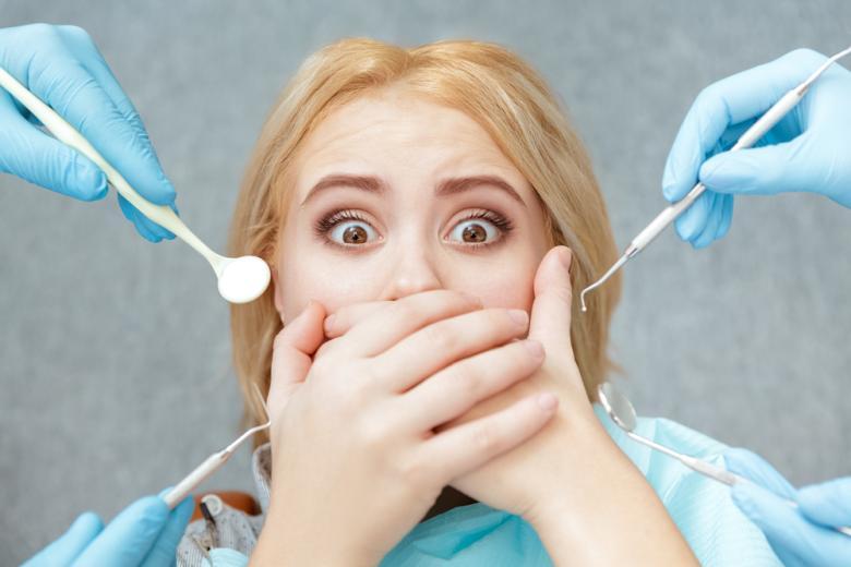 девушка на приеме у стоматолога фото
