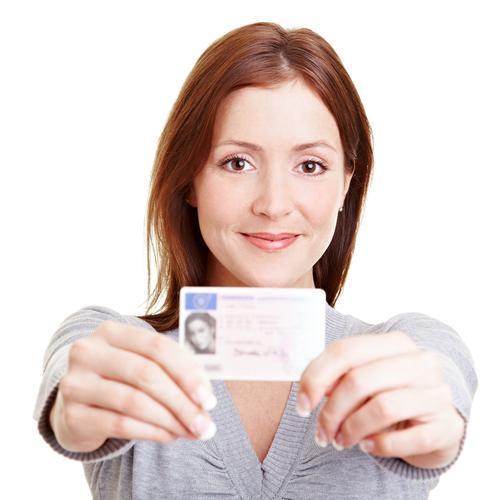 девушка показывает водительские права