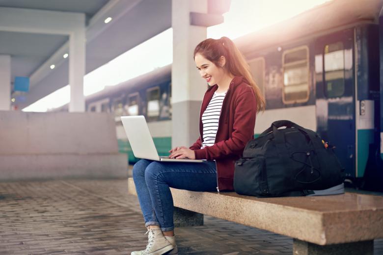 девушка пользуется ноутбуком на жд вокзале фото