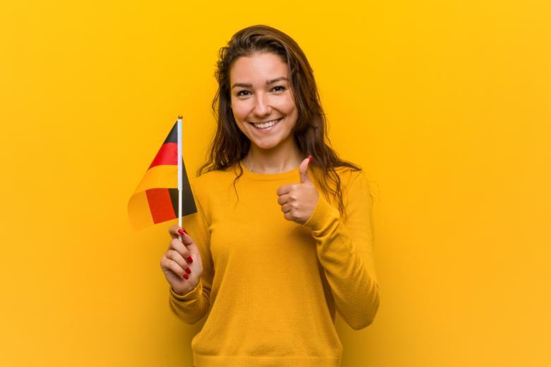 девушка с флагом Германии фото