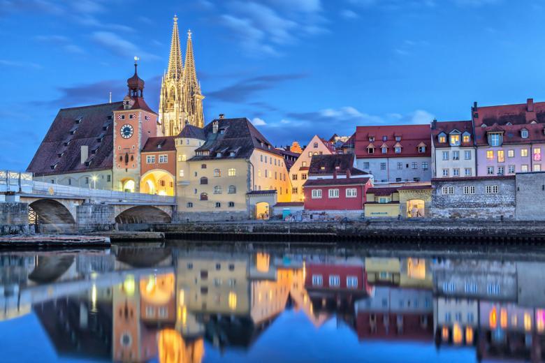 Исторический каменный мост и башня моста Регенсбурга фото
