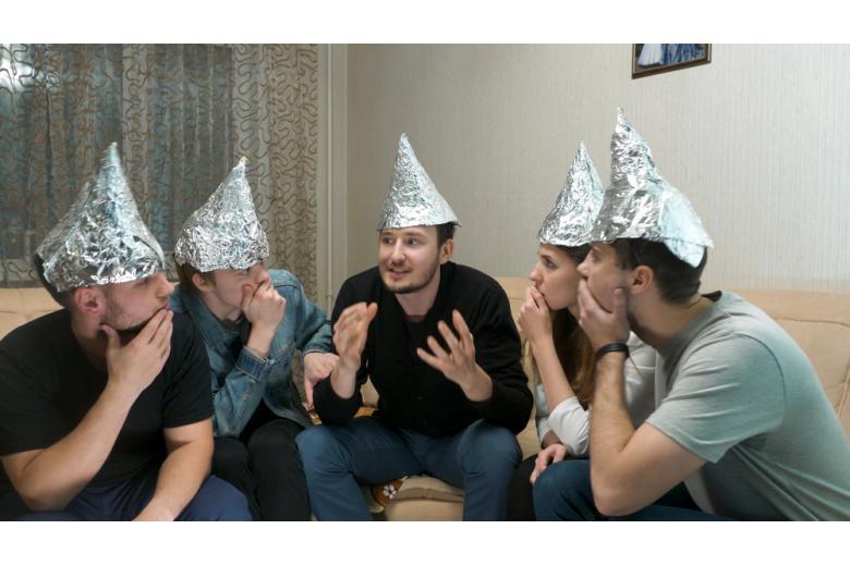 люди в шапочках из фольги фото