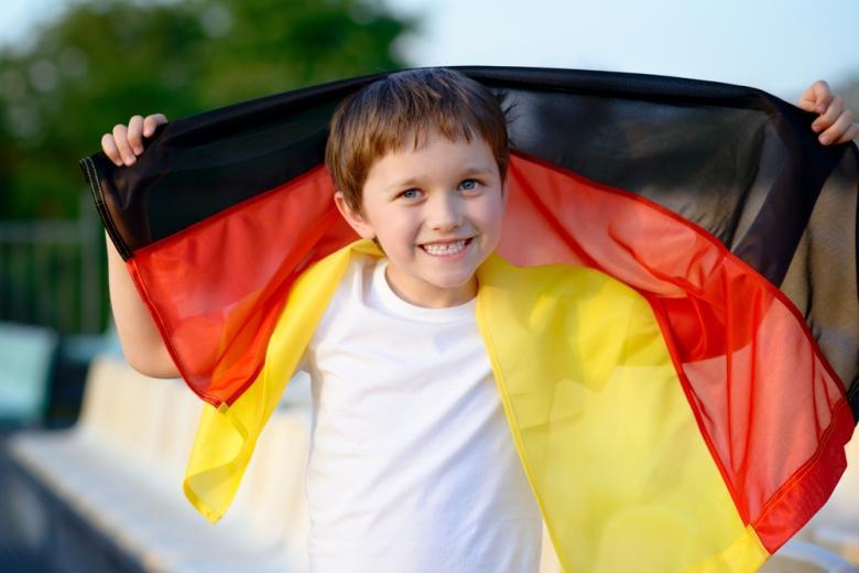 мальчик с флагом Германии фото