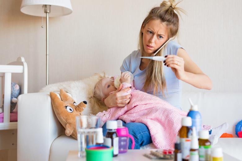 Мама с больным ребёнком на руках звонит врачу фото