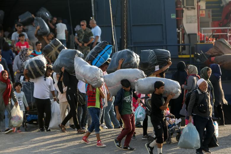 Мигрантов из лагеря в Мории перевезли в Фессалоники фото