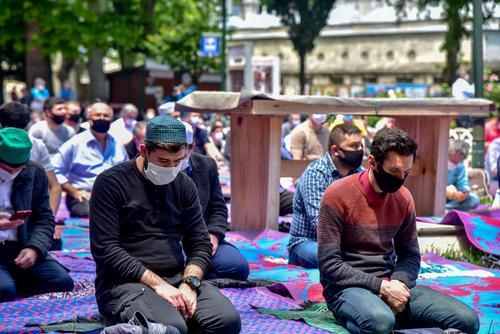 мусульмане молятся на улице фото