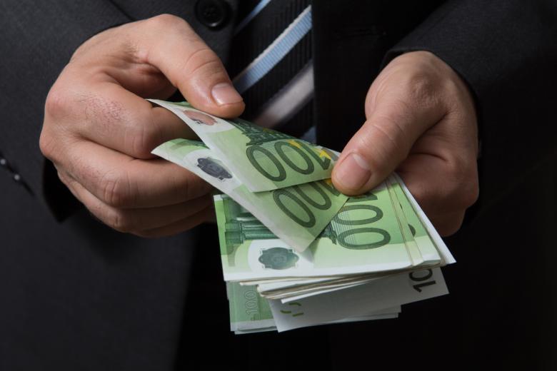 мужчина считает деньги фото