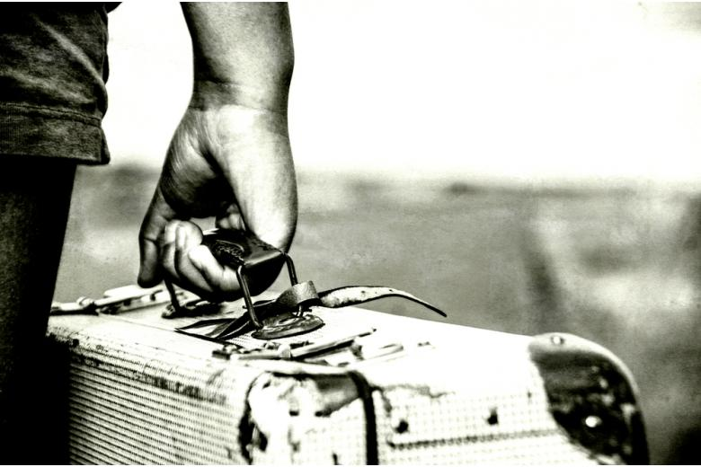 Мужская рука с чемоданом фото