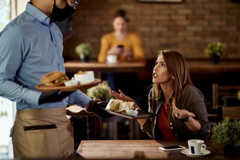 недовольный клиент в ресторане фото