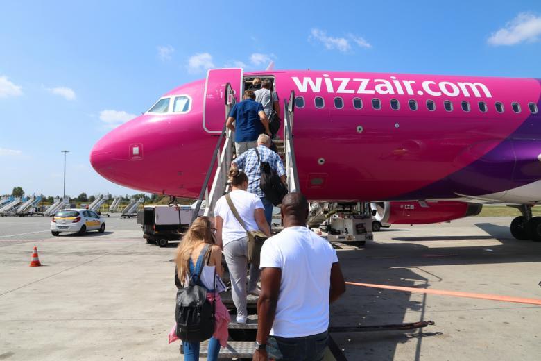 Пассажиры садятся в самолет Wizz Air фото