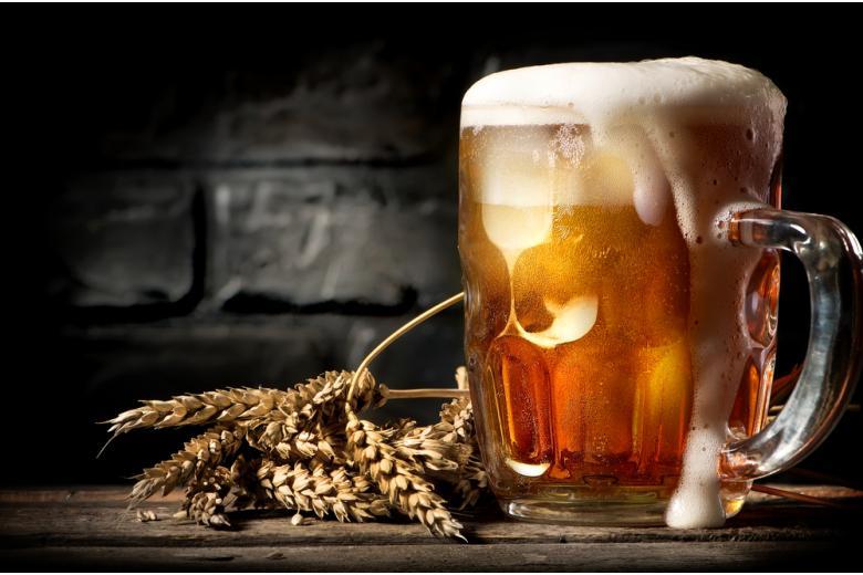 Пиво на фоне кирпичной стены фото