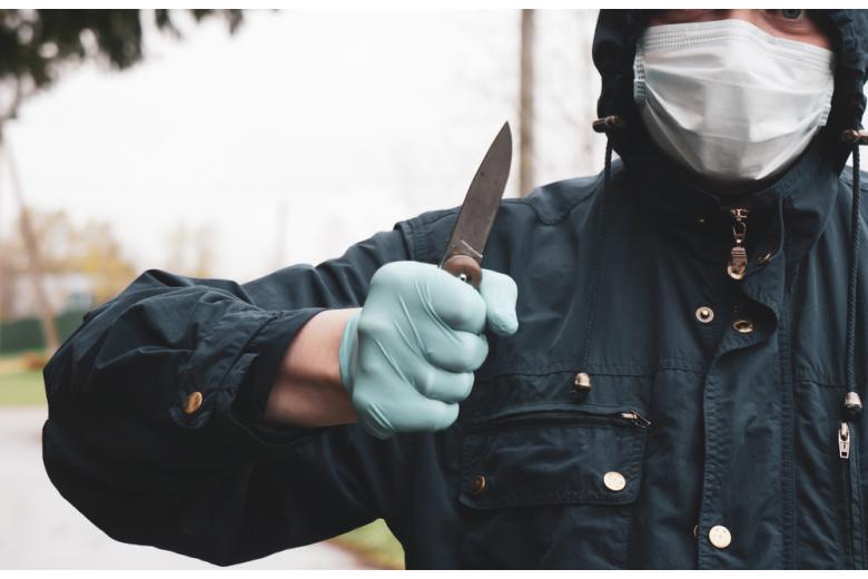 преступник с ножом в медицинской маске фото