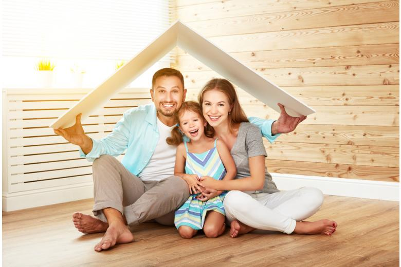 Семья сидит на полу под имитированной крышей фото