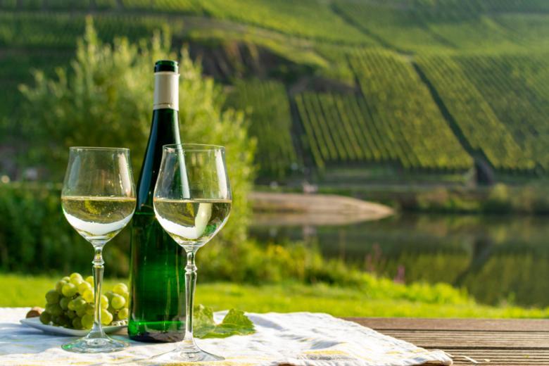 Столик для двоих на фоне долины Мозеля фото