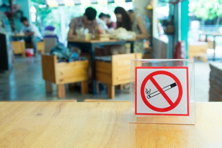 Табличка no smoking на столе кафе фото