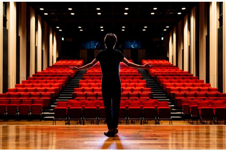 Театры полупустые из-за требвоаний карантина фото