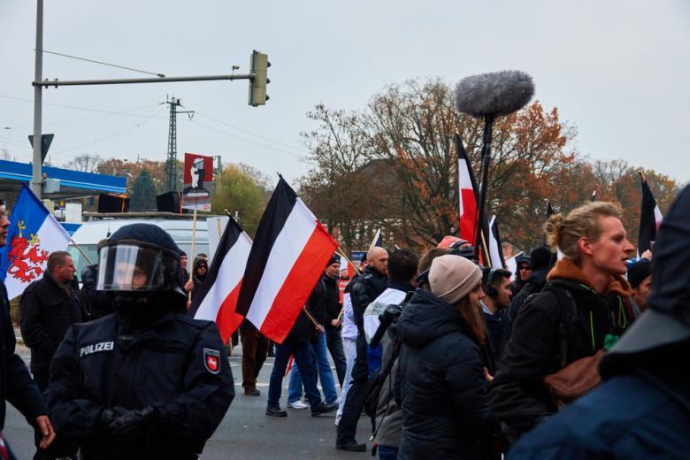 За черно-бело-красный флаг серьезно штрафуют и отбирают саму символику, которая асоциируется с нацизмом фото