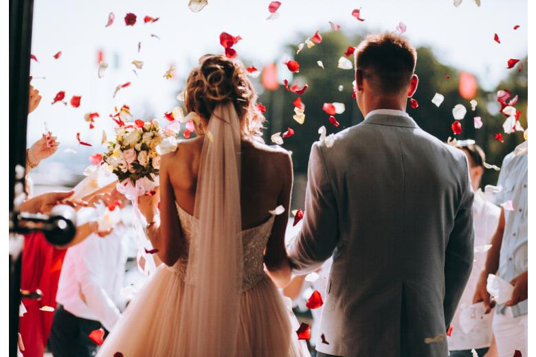 жених и невеста в цветах фото